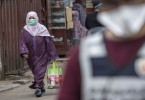 A Moroccan woman wearing a protective mask walks in a street in Casablanca on April 8, 2020 amid measures to contain the spread of the coronavirus COVID-19. - Wearing face masks in public became obligatory in Morocco in a bid to stem the spread of coronavirus, according to an official decree. Morocco imposed a public health state of emergency on March 19, confining everyone to their homes except those with a permit to be out and about for their work. (Photo by FADEL SENNA / AFP) (Photo by FADEL SENNA/AFP via Getty Images)